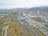 Sonneberg: Blick auf die Stadt, das Bahnhofsgelände und den Stadtteil Wolkenrasen (links)